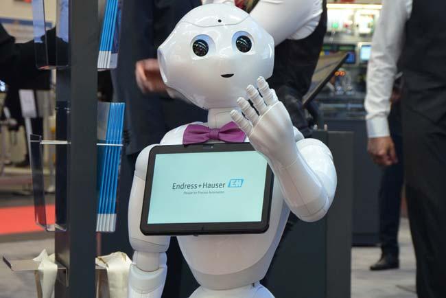 Digitaler-Concierge Roboter auf dem Messestand von Endress+Hauser