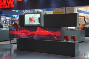 Digitale Installation mit mehreren Displays für moderne Messe-Kommunikation (1)