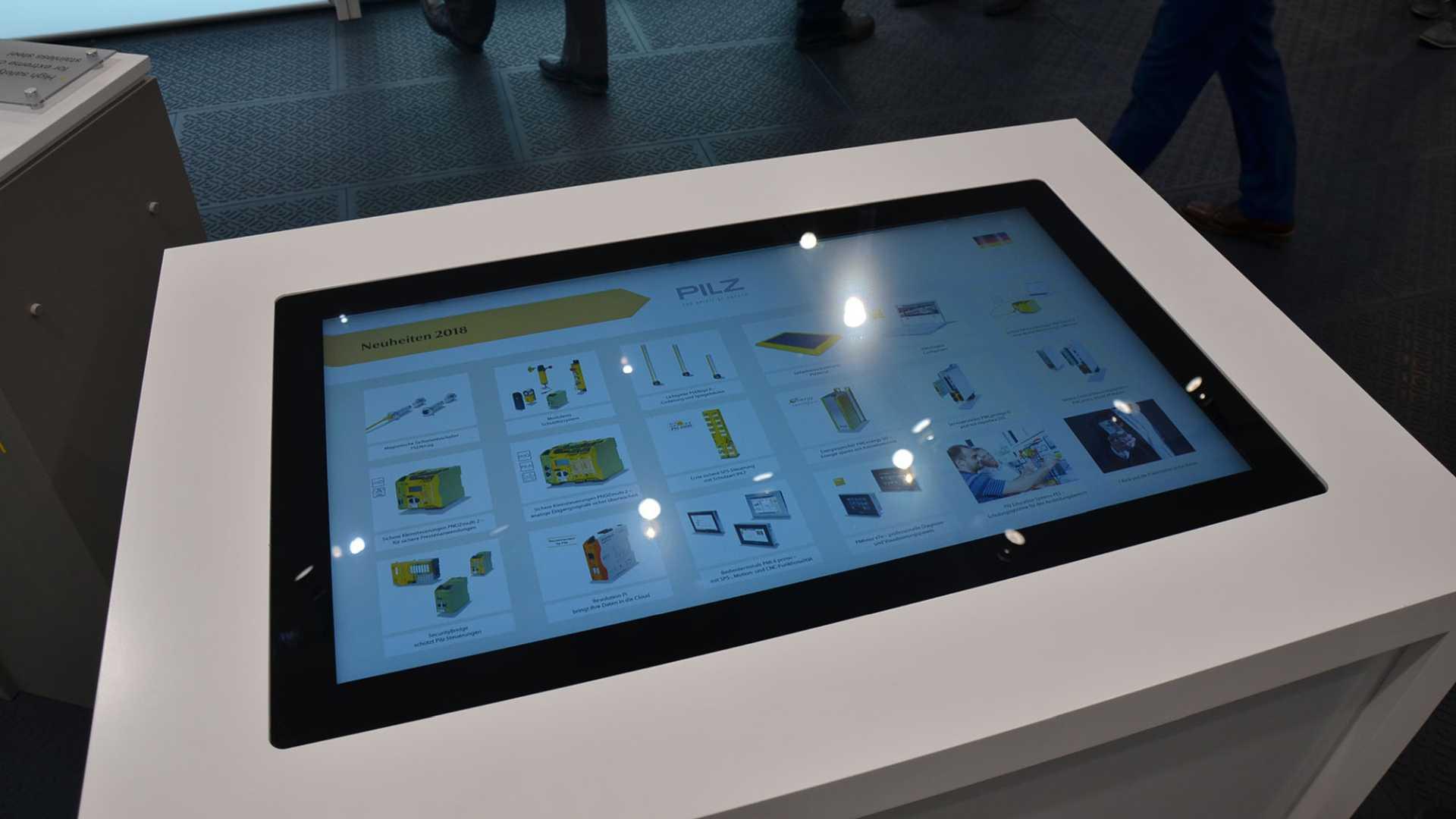 Präsentation auf Touch Table mit digitalem Produkt-Katalog von commalive für PILZ