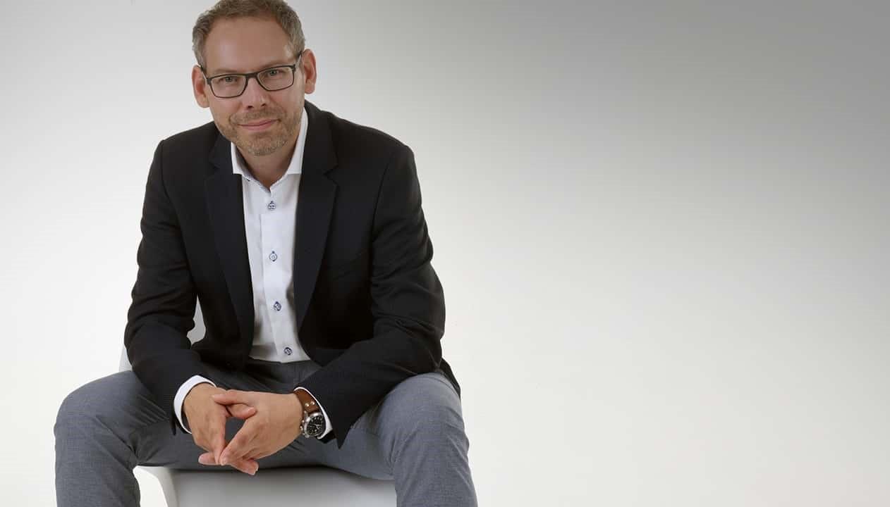 eberhard freiensehner commacross-commalive